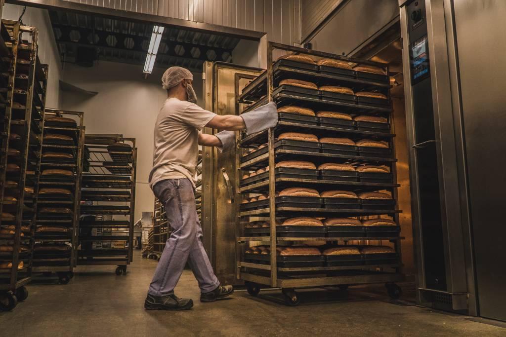 Vooges - De bakker rijdt de vers gebakken broden uit de oven
