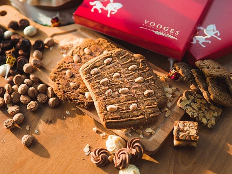 Bakkerij Vooges Dikke Speculaasbrokken met amandelsnippers- Heerlijk genieten tijdens Sinterklaasavond
